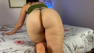Esposa de calcinha arrumando o quarto