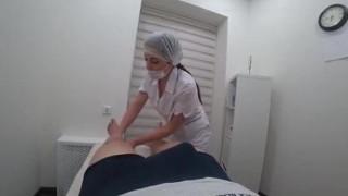 Massagista safada chupou o cliente